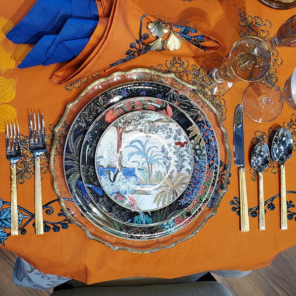 BAROQUE CLEAR GLASS PLATE TABLETOP DETAIL